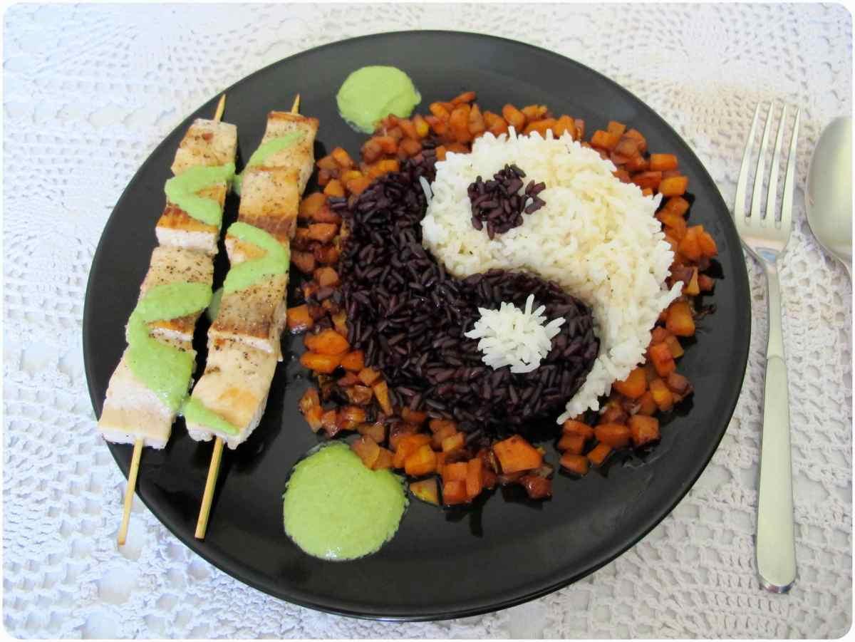 Lachsspießchen mit Bärlauchdip an Cedro-Shoyu-Möhrchen und zweierlei Reis