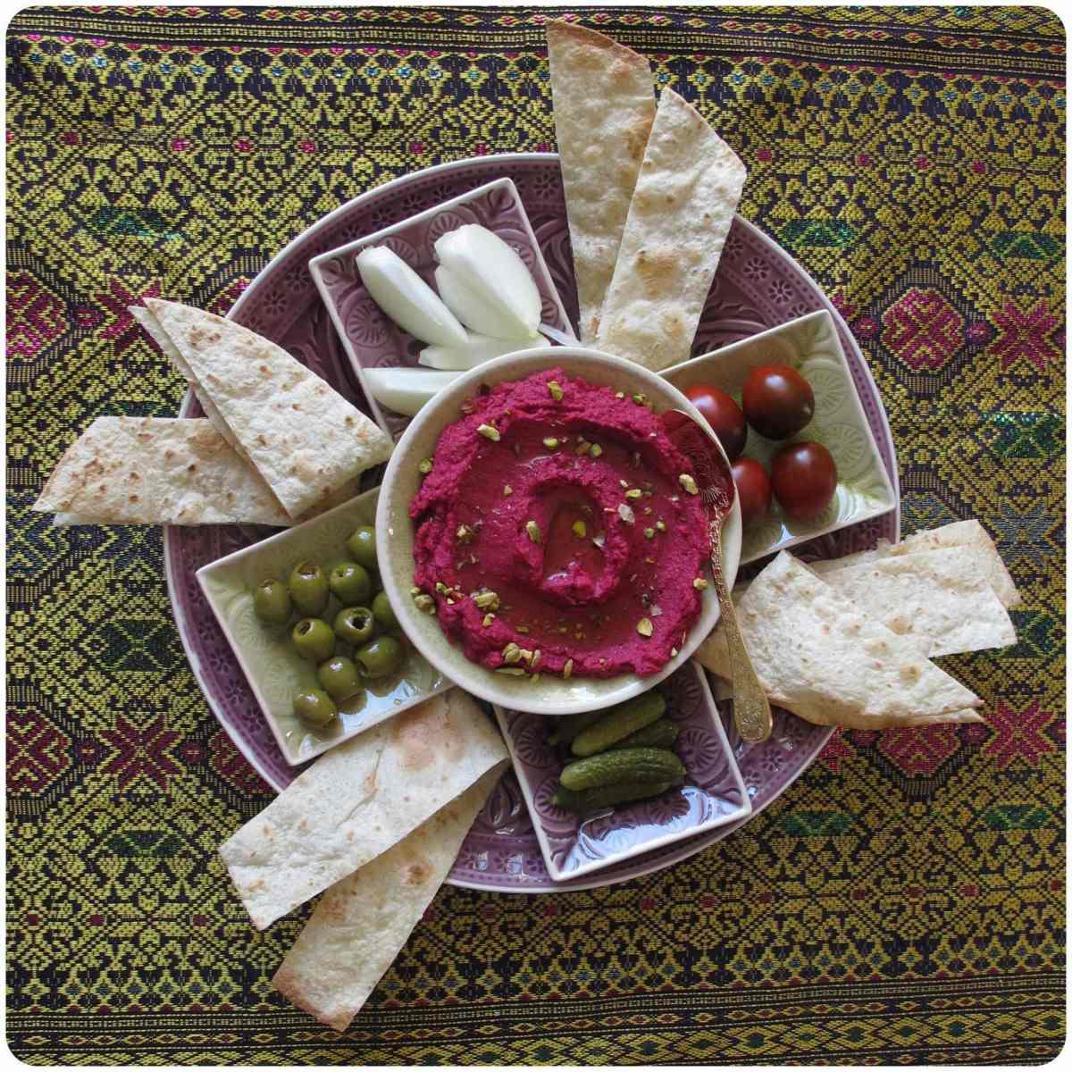 Kleiner Mezzeteller mit Pistazien - Rote Bete Hummus